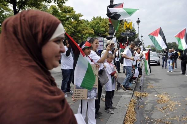 "Pro-Palestinians activists take part in a rally in Paris on July 12, 2011 to protest against the Israeli government's decision to arrest fellow militants after they flew into Israel for protests over the weekend. The activists were taking part in the ""Welcome to Palestine"" campaign in which up to 800 activists planned to fly to Israel and head to the Palestinian territories on a peaceful mission to visit Palestinian families. AFP PHOTO / ERIC FEFERBERG"